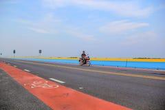 Motocicleta idosa da equitação do homem na ponte de Chaloem Phra Kiat 80 Phansa, um dos lugares os mais populares em Thale noi, P Imagens de Stock