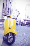 Motocicleta italiana amarilla de la producción Foto de archivo