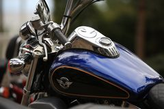 Motocicleta Kawasaki Vulcan VN 1500 azul y negro Ascendente cercano del depósito y del manillar de gasolina Imagenes de archivo