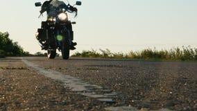 A motocicleta monta sobre a câmera, cromo brilhante bonito video estoque