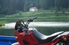 Motocicleta por el lago Foto de archivo