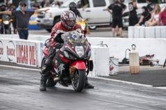 Motocicleta pronta para começar na trilha fotos de stock royalty free