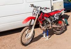 Motocicleta que compite con después de la competencia en motocrós Fotos de archivo libres de regalías