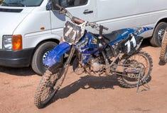 Motocicleta que compite con después de la competencia en motocrós Foto de archivo libre de regalías