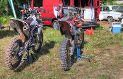 Motocicleta que compite con después de la competencia en motocrós Imagen de archivo libre de regalías