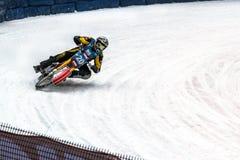 Motocicleta que compite con en una curva aguda en el hielo Foto de archivo libre de regalías