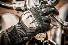 Motocicleta que compite con guantes Fotos de archivo