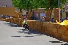 Motocicleta que compite con a través de las calles Foto de archivo libre de regalías