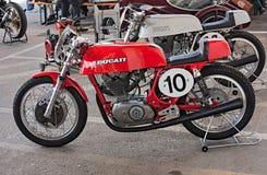 Motocicleta que compite con vieja Ducati Foto de archivo
