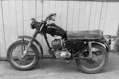 Motocicleta retra Foto blanco y negro de Pekín, China Tarjeta vieja de la vendimia Imágenes de archivo libres de regalías