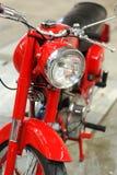 Motocicleta roja del veterano Fotos de archivo