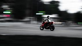 Motocicleta roja En el movimiento Foto con el cableado mínimo fotos de archivo