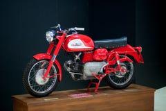 Motocicleta roja y blanca pasada de moda Fotografía de archivo