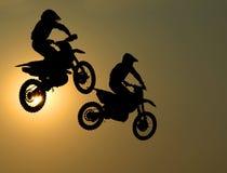 A motocicleta salta no ar Fotos de Stock