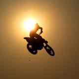 A motocicleta salta no ar Imagens de Stock Royalty Free