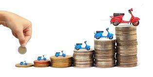 Motocicleta sobre muitas moedas empilhadas Fotografia de Stock Royalty Free