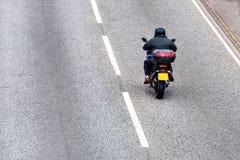 Motocicleta solitaria en la autopista británica en el movimiento rápido fotografía de archivo libre de regalías