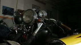 Motocicleta suja velha antes de reparing e de remodelar vídeos de arquivo