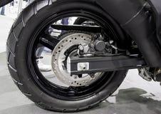 Motocicleta trasera de la rueda con el freno de disco imagen de archivo libre de regalías
