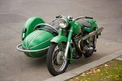 Motocicleta velha do vintage com side-car foto de stock royalty free