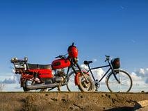 Motocicleta velha e uma bicicleta foto de stock