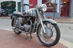 A motocicleta velha estacionou em um pavimento/passeio em Le Touquet Imagem de Stock Royalty Free