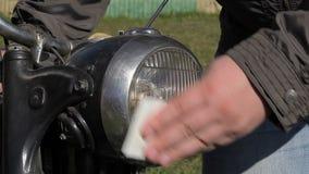 Motocicleta velha limpa do homem filme