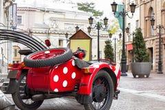 Motocicleta vieja con los puntos rojos Foto de archivo libre de regalías