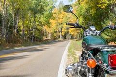Motocicleta y camino abierto en otoño Foto de archivo libre de regalías