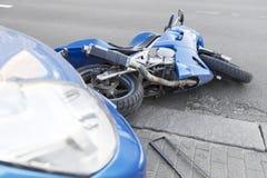 Motocicleta y coches del accidente en el camino Fotos de archivo