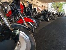 Motocicletas alinhadas em vibrações da rua foto de stock