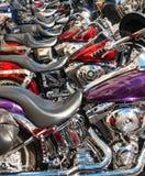 Motocicletas alinhadas em vibrações da rua foto de stock royalty free