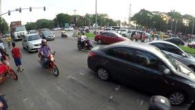 Motocicletas, coches y camiones pasando el camino de ciudad congestionado almacen de video