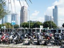 Motocicletas de Tel Aviv na frente dos arranha-céus de Ramat Gan 2011 Fotografia de Stock Royalty Free
