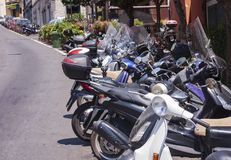 Motocicletas delante de la comisaría de policías en Taormina, Sicilia, Italia foto de archivo
