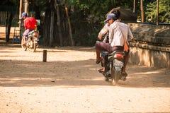 Motocicletas do passeio dos povos de Myanmar na zona arqueológico do templo antigo Bagan, Myanmar, o 11 de agosto de 2018 foto de stock royalty free