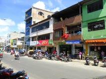 Motocicletas e lojas na rua da cidade foto de stock royalty free