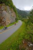 Motocicletas en la ruta verde de las montañas de Ridge azul Imagen de archivo libre de regalías