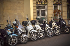 Motocicletas en las calles de ciudades italianas Fotos de archivo libres de regalías