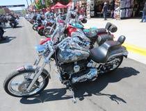 Motocicletas estacionadas ao longo da rua em Sturgis, SD, reunião da motocicleta Fotografia de Stock Royalty Free