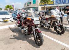 Motocicletas Honda en la exposición de coches viejos en el estacionamiento cerca del centro comercial grande de Regba Fotografía de archivo