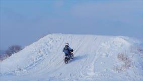 Motocicletas, jinete de los motoristas de los niños en pista nevosa del motocrós Jinete en nieve Jinete en la bici, invierno del  almacen de video