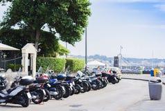 Motocicletas na frente marítima de Acitrezza, Sicília, Itália imagem de stock