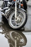 Motocicletas no estacionamento foto de stock