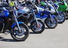 Motocicletas no estacionamento fotografia de stock