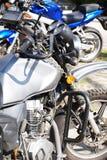 Motocicletas, no primeiro plano um fragmento de uma motocicleta, no th imagens de stock royalty free