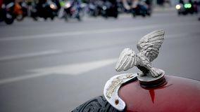 Motocicletas obscuras que correm abaixo da rua filme