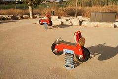 Motocicletas rojas del juguete en un patio fotografía de archivo