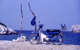 Motocicletta in baia sull'isola Immagine Stock Libera da Diritti