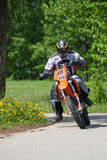 Motocicletta che guida giù la collina, Madona, Lettonia di enduro, il 26 maggio, 2 Immagine Stock Libera da Diritti